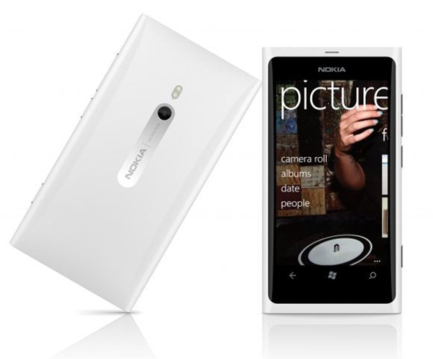 700-nokia-lumia-800-white-back-and-front