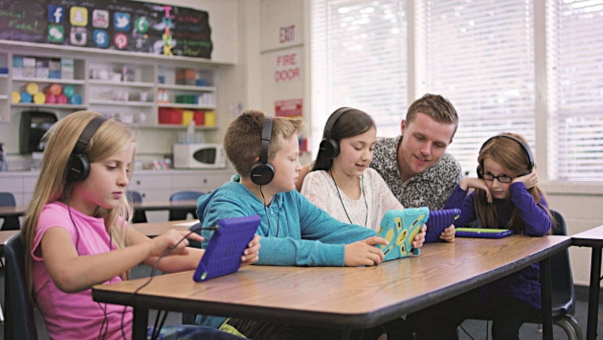 Microsoft and T-Mobile to offer Windows 10 PCs with free 4G LTE coverage for select U.S. schools 1