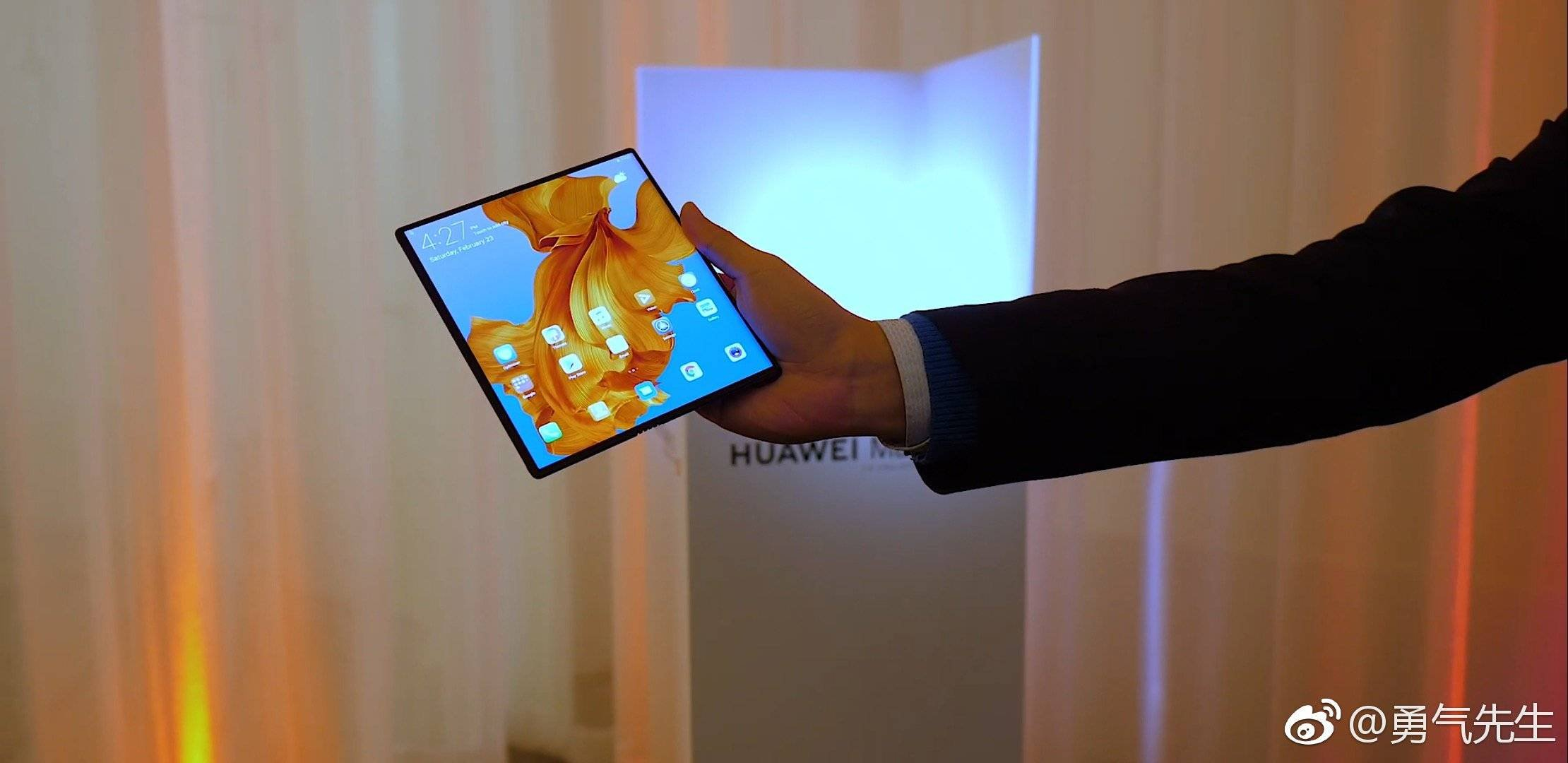 Folding Huawei Mate X looks amazing in new hands-on