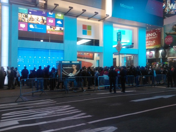 Midnight and first people leaving #Microsoftstore with #surface Still packed. Wow!  Thx!!!